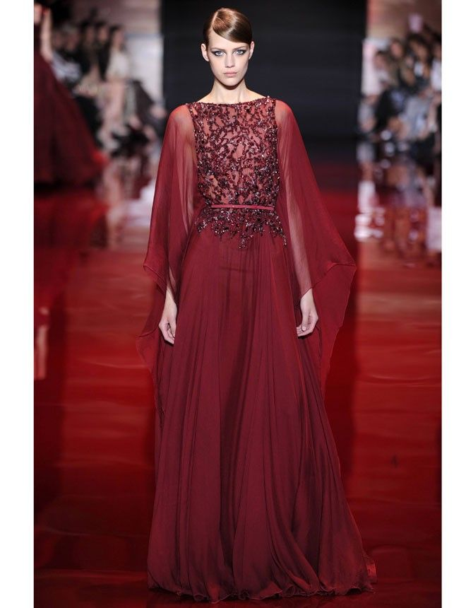 Elegante y extravagante, cubierto de lentejuelas y el los míticos colores de nuestras joyas favoritas: rubí, esmeralda y brillante. Así resumimos la colección de #AltaCostura de #ElieSaab para otoño-invierno 2013-2014. http://www.marie-claire.es/pasarelas/otono-invierno/fotos/elie-saab-alta-costura-2013-2014-emociones-de-alfombra-roja/colores12