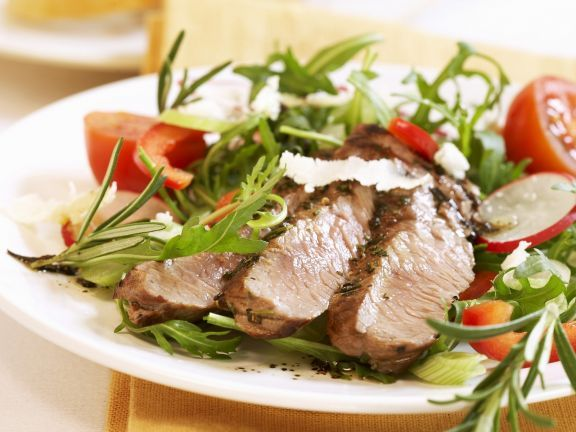 Probieren Sie das leckere Rosmarinsteak auf Rucolasalat von EAT SMARTER!