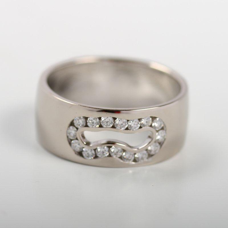 Timanttilampi. Tässä leveässä valkokultasormuksessa on häikäisevä lampi, jota reunustaa timantit yht: 0.32 ct. Verstaan omaa mallistoa. Kultaseppä AU-Holmerg. http://www.au-holmberg.fi/