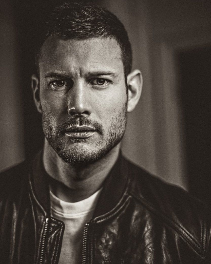 """Tom Hopper on Instagram: """"A shot taken from the article with @mensfitnessfrance this month. @umbrellaacad #umbrellaacademy""""   Tom hopper, Hopper, Toms"""