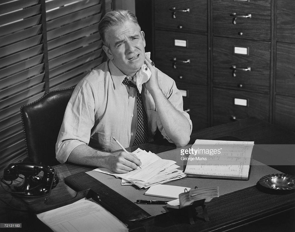 Disegno Uomo Alla Scrivania : Foto stock uomo stanco che lavora alla scrivania b w