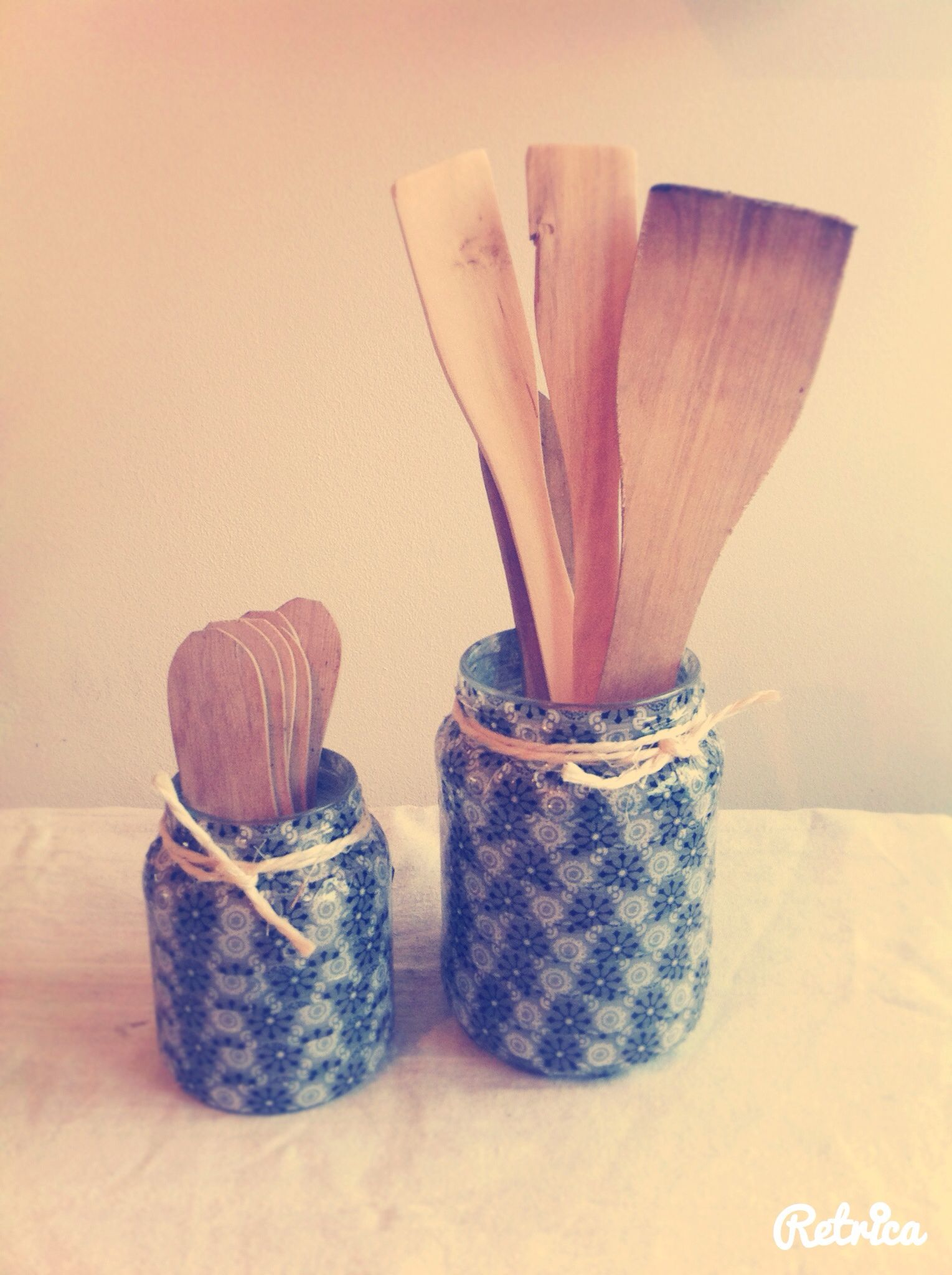 Lege glazen potjes beplakken met washi tape en omwikkelen met een stukje bindtouw, leuk resultaat!