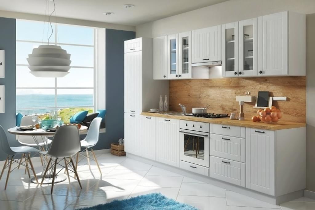 Moderne Landhausküche in weiß mit Lamellenoptik in