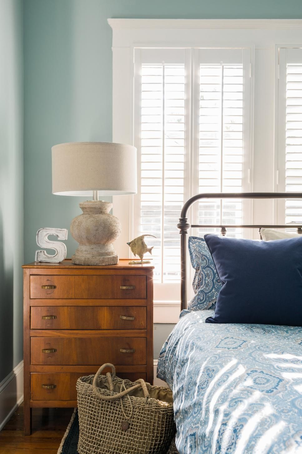 Popular window coverings   top window treatment trends  white bedside lamps blue bedrooms