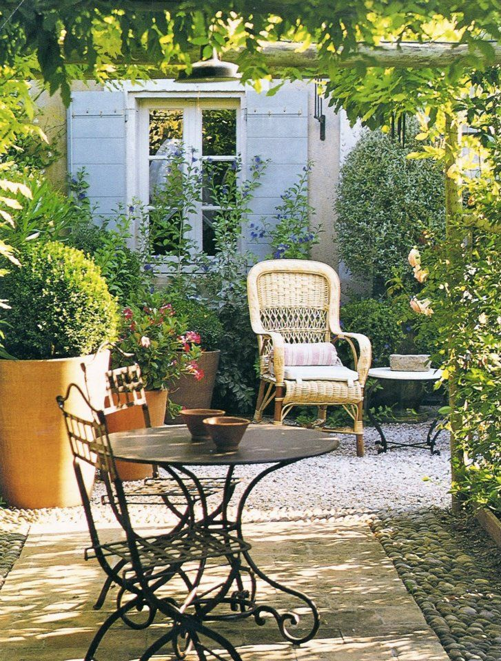Juego de mesa y sillas en hierro detr s sill n en rat n for Mesas y sillas para patios