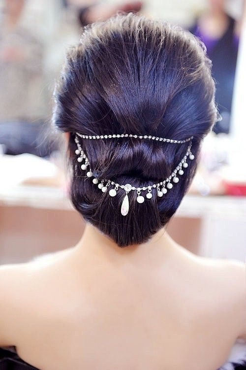 A gorgeous alternative to flowers in your hair! Indian bride - Indian wedding - pearl and crystal hair ornament - bridal hair style #thecrimsonbride