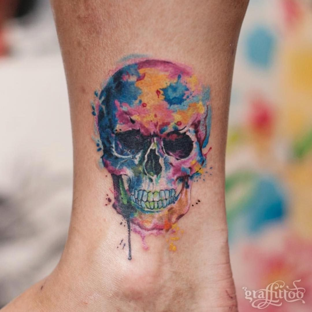 Tatuajes Originales Y Minimalistas A Todo Color Hay Muchos Colores Para Hacerse Un Tat Tatuajes Estilo Acuarela Calaberas Tattoo Diseno De Tatuaje De Calavera