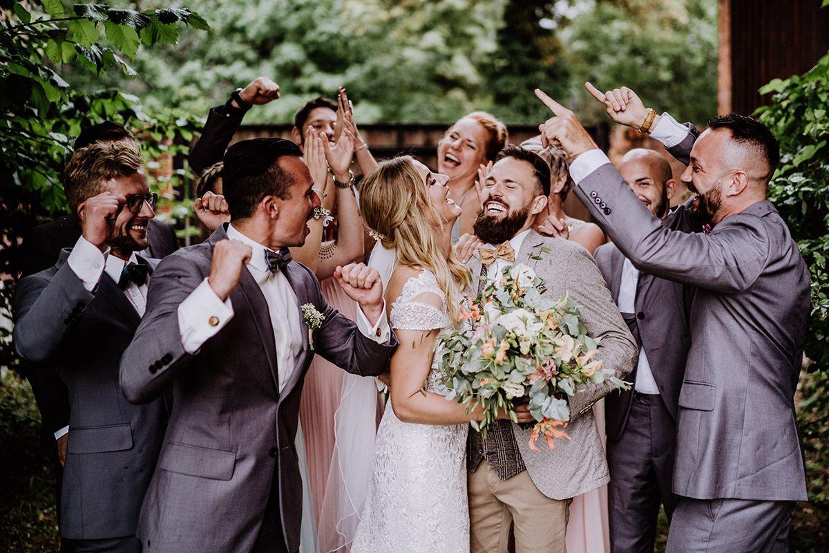 Scheunenhochzeit In Berlin Standesamtlich In Kirche Heiraten Hochzeitsfotograf Lustige Hochzeitsfotos Hochzeitsfotograf Scheunen Hochzeit