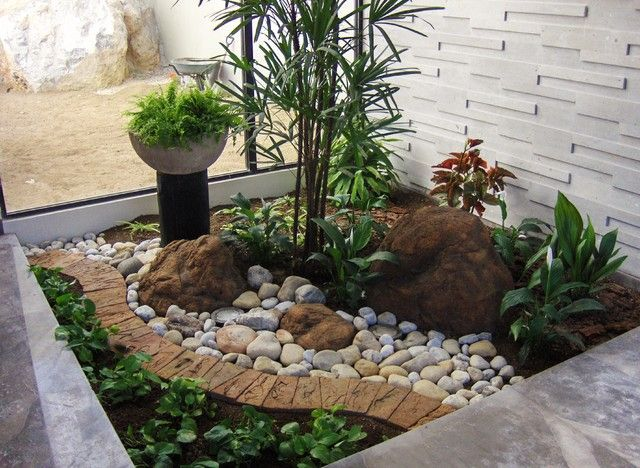 Small Area Landscaping Idea Keep It Simple With Rock And Rubber Mulch Mulchonce Roosterrubber Drycreek Garden Frontyard