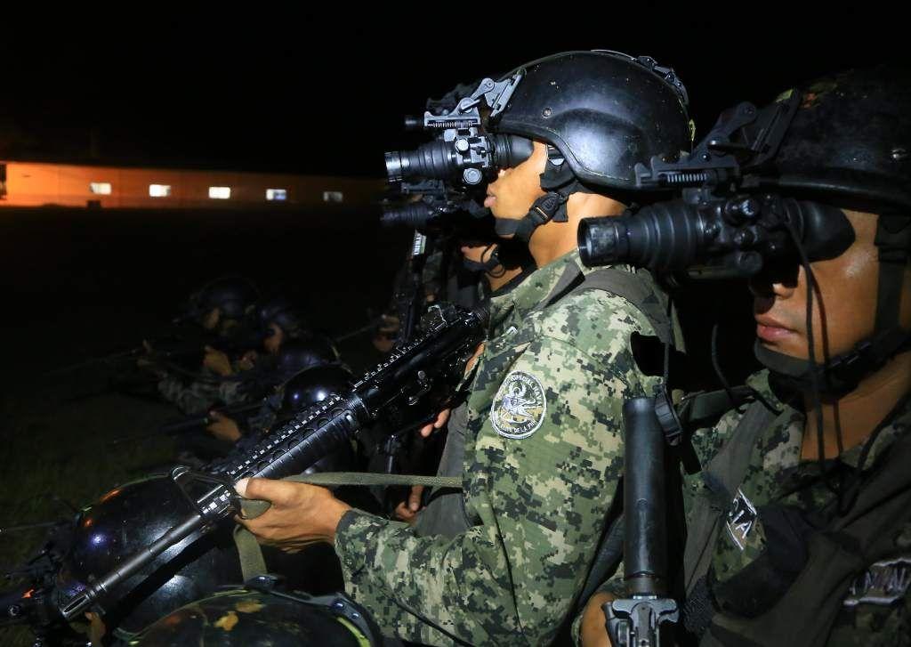 Marines de EUA adiestran a navales hondureños contra narcos Las operaciones nocturnas forman parte de entrenamientos que realizan la escuadra naval y los marines de EUA en Puerto Castilla.