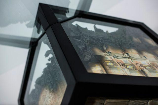 Glas Esstisch \u201eToo Much\u201c aus Geldscheinen- Kunst oder Übertreibung - designer heizkorper minimalistischem look