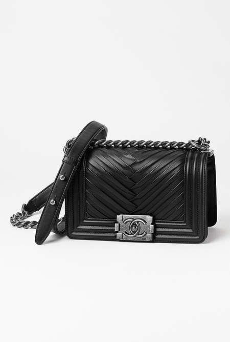 6602ded61dfa57 Petit sac boy CHANEL, agneau plissé   métal ruthénium-noir - CHANEL RTW  pré-collection SS 2017  Chanel  precollection2017  SS17   Visit ...