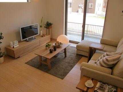 ハードメープル材の床にタモ材の家具で合わせたナチュラルコーディネート事例です インテリア 家具 リビング インテリア アパート 部屋 レイアウト 2ldk