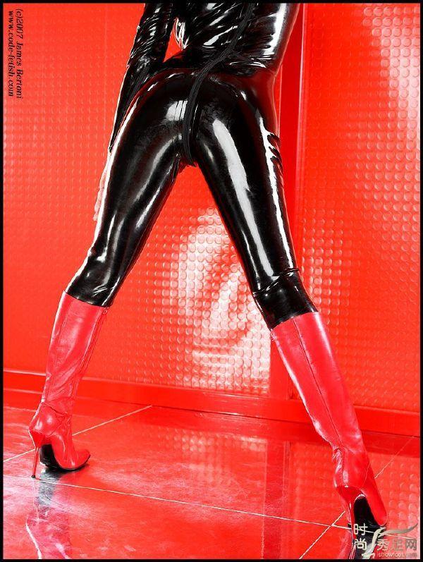 黑色胶衣+红色长靴_新浪轻博客