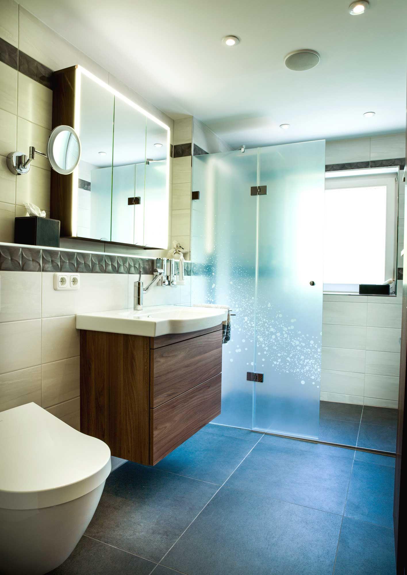Kleines Bad mit Dusche und WC von HEIMWOHL München | Badezimmer der ...