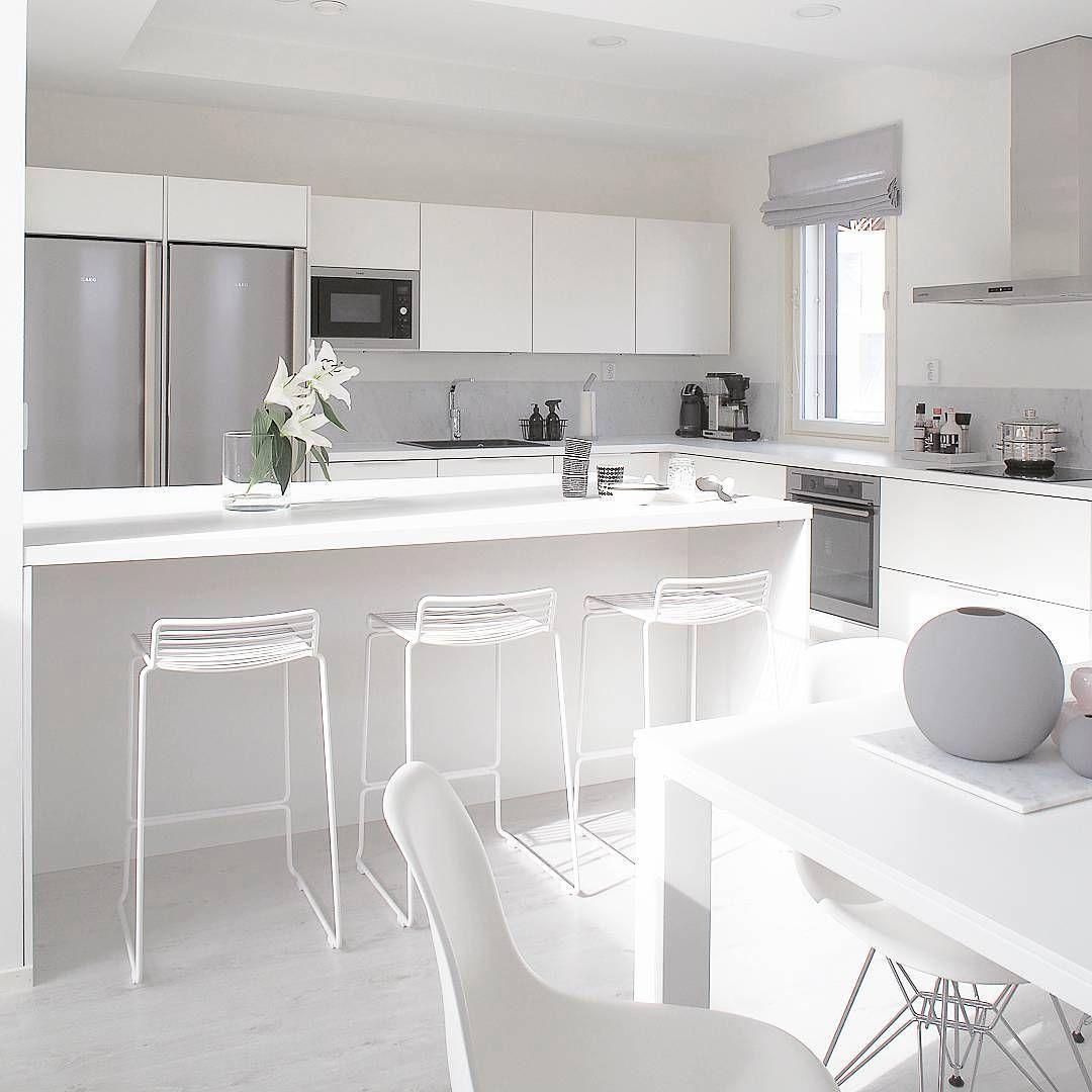Kevytrakenteiset Hay Hee baarituolit saarekkeen äärellä sopivat täydellisesti keittiön valkoista pursuavaan tyyliin.