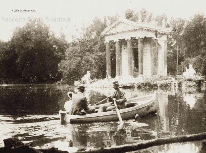 In barca sul laghetto del Giardino del Lago a Villa Borghese. Anno ...