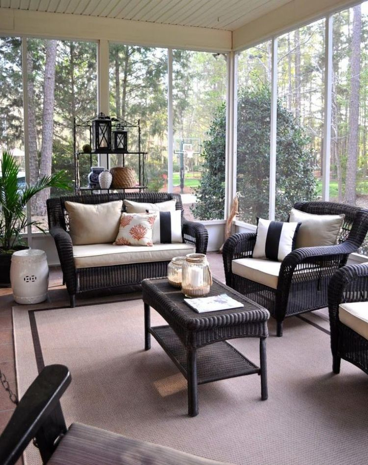 wintergarten modern gestalten gartenmoebel rattan kunststoff beige dunkel teppich kissen. Black Bedroom Furniture Sets. Home Design Ideas