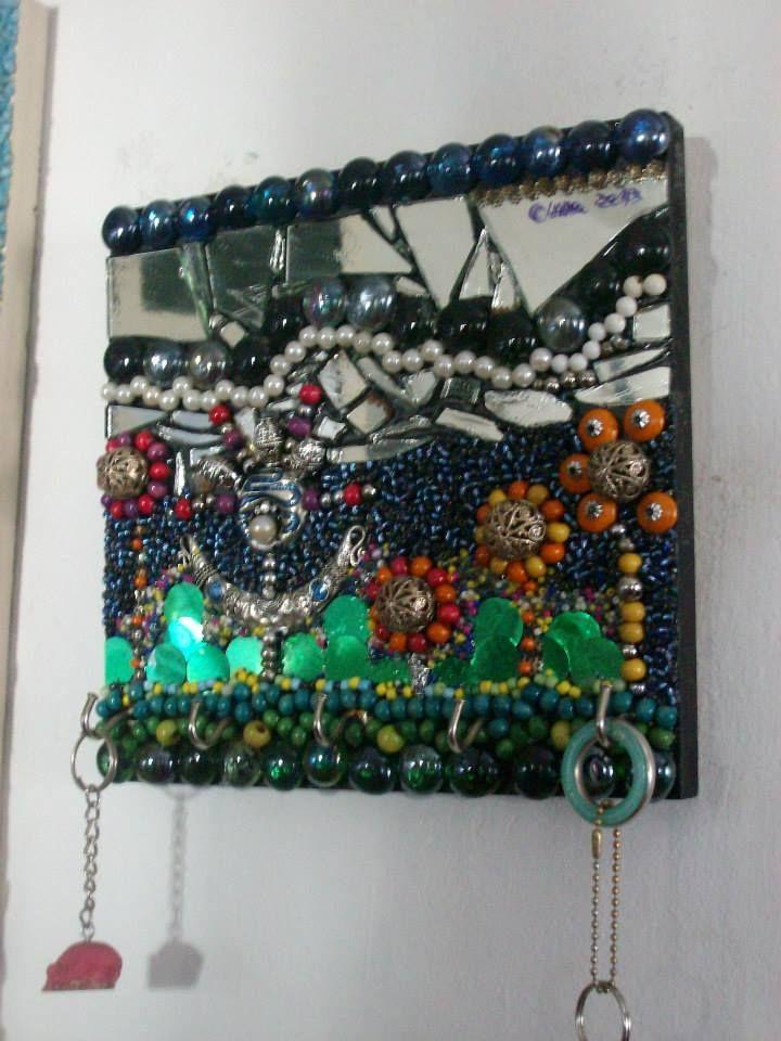 portallaves revestido con espejos y elementos de reciclaje autor claudia lara