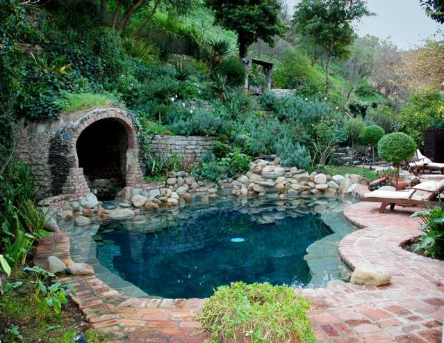 Blackbottom pool with grotto spa water water everywhere for Swimming pool grotto design