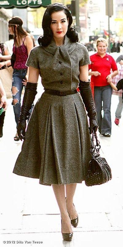 Dita Von Teese en robe années 50 avec des gants opéra en cuir et un sac  rétro 4a62b7154e17