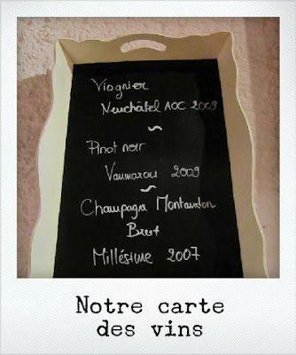 carte des vins dans un vieux plateau à thé recouvert de peinture ardoise