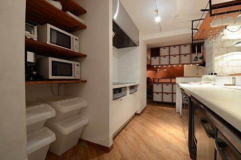 作業台の対面にIHコンロとキッチン家電があります。(id:94217,キッチン)