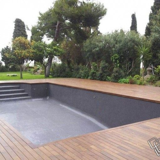 Belle terrasse en bois pour embellir une piscine en béton