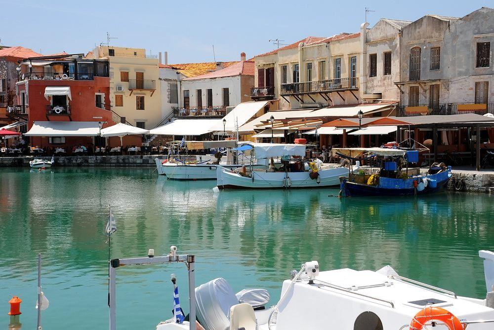 Rethymnon Kreta Grecja Rethymnon To Trzecie Co Do Wielkosci Miasto Krety Poza Dziesiatkami Hoteli I Piaszczystymi P Cool Places To Visit Crete Greece Crete