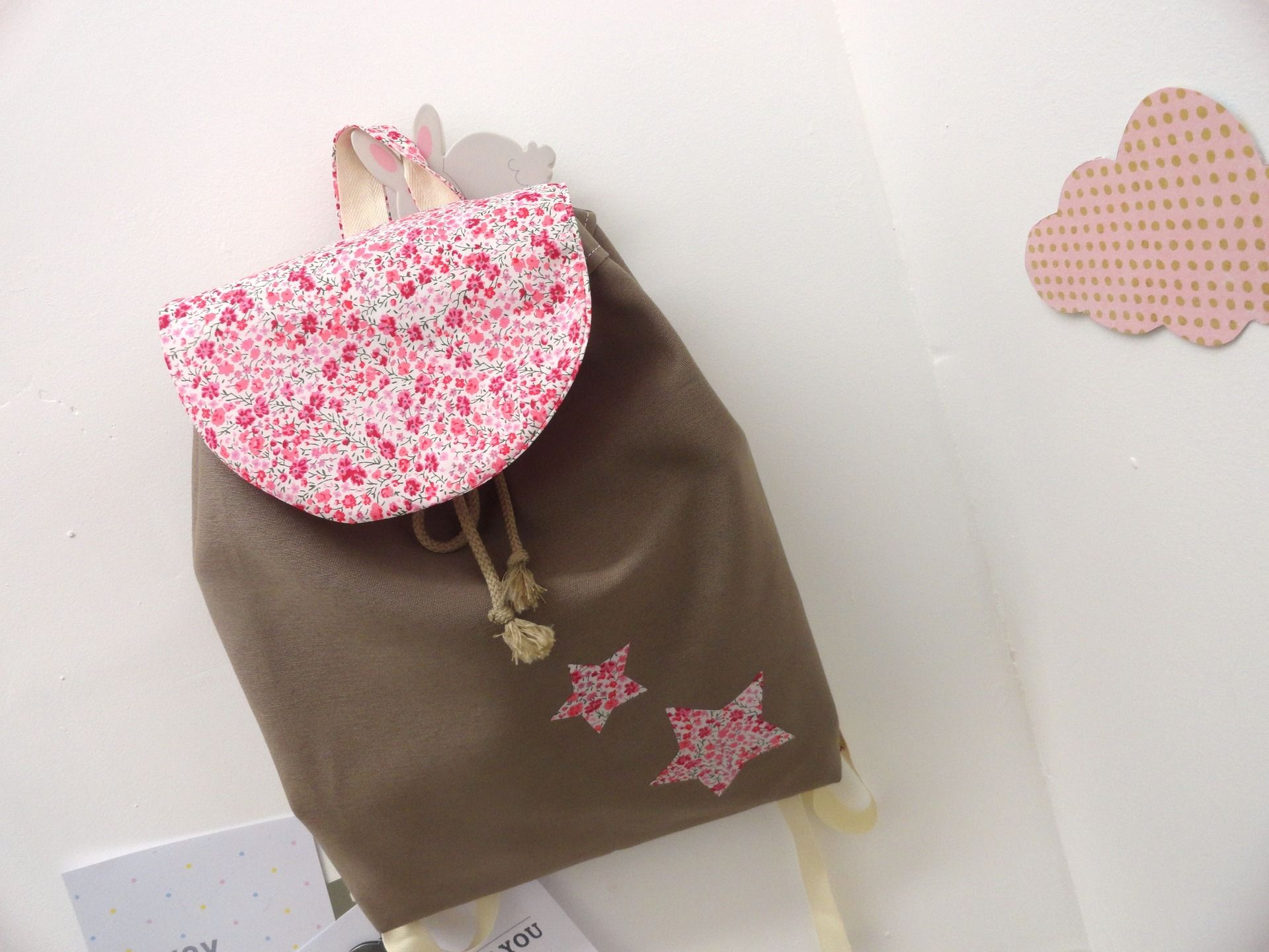 Sac dos fille liberty phoebe rose taupe sur commande for Malette couture pour fille
