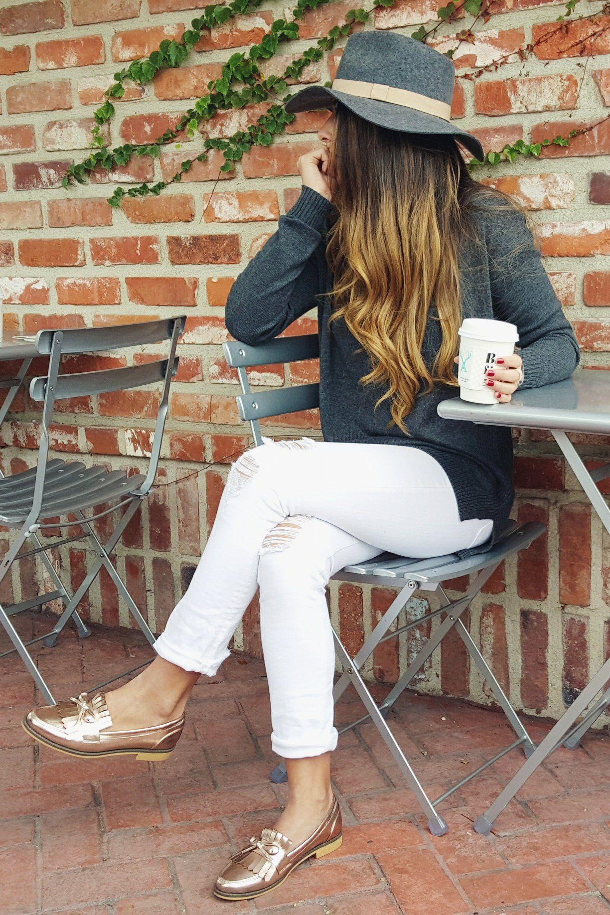 Chica usando mocasines con pantalón blanco y cardigan gris fashion