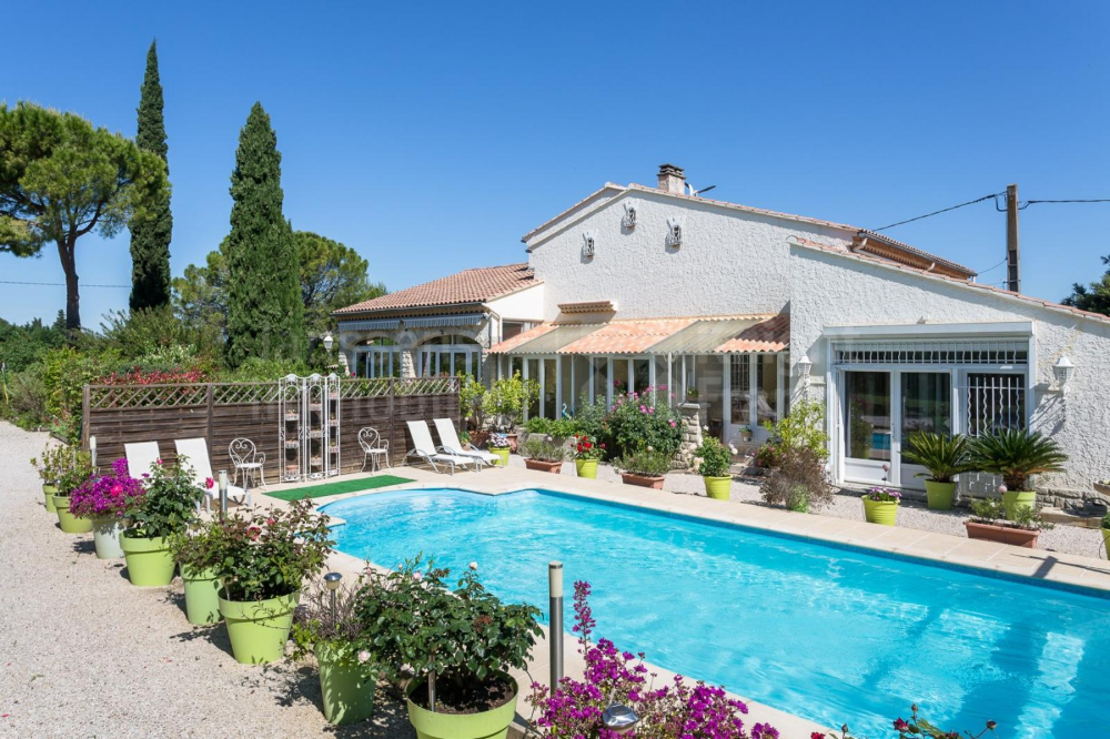 Villa With Swimming Pool For Sale Near Mazan Janssens Immobilier Provence Swimming Pools Pool Villa