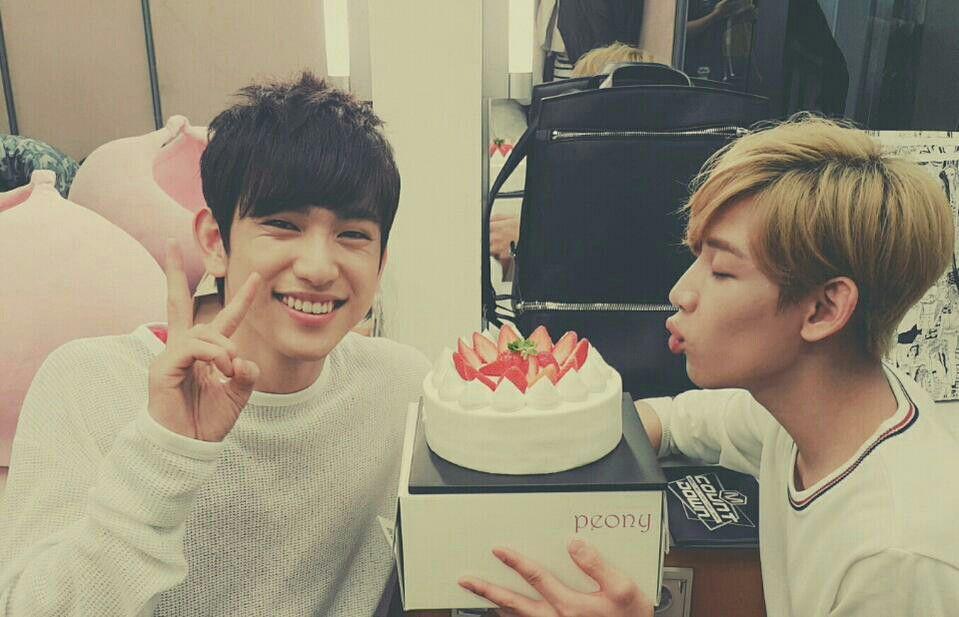 GOT7 TWITTER UPDATE (June 11, 2015) 맛있는 딸기케이크! 잘 먹을게요! A sweet strawberry cake! We love it! #GOT7 #Junior #BamBam