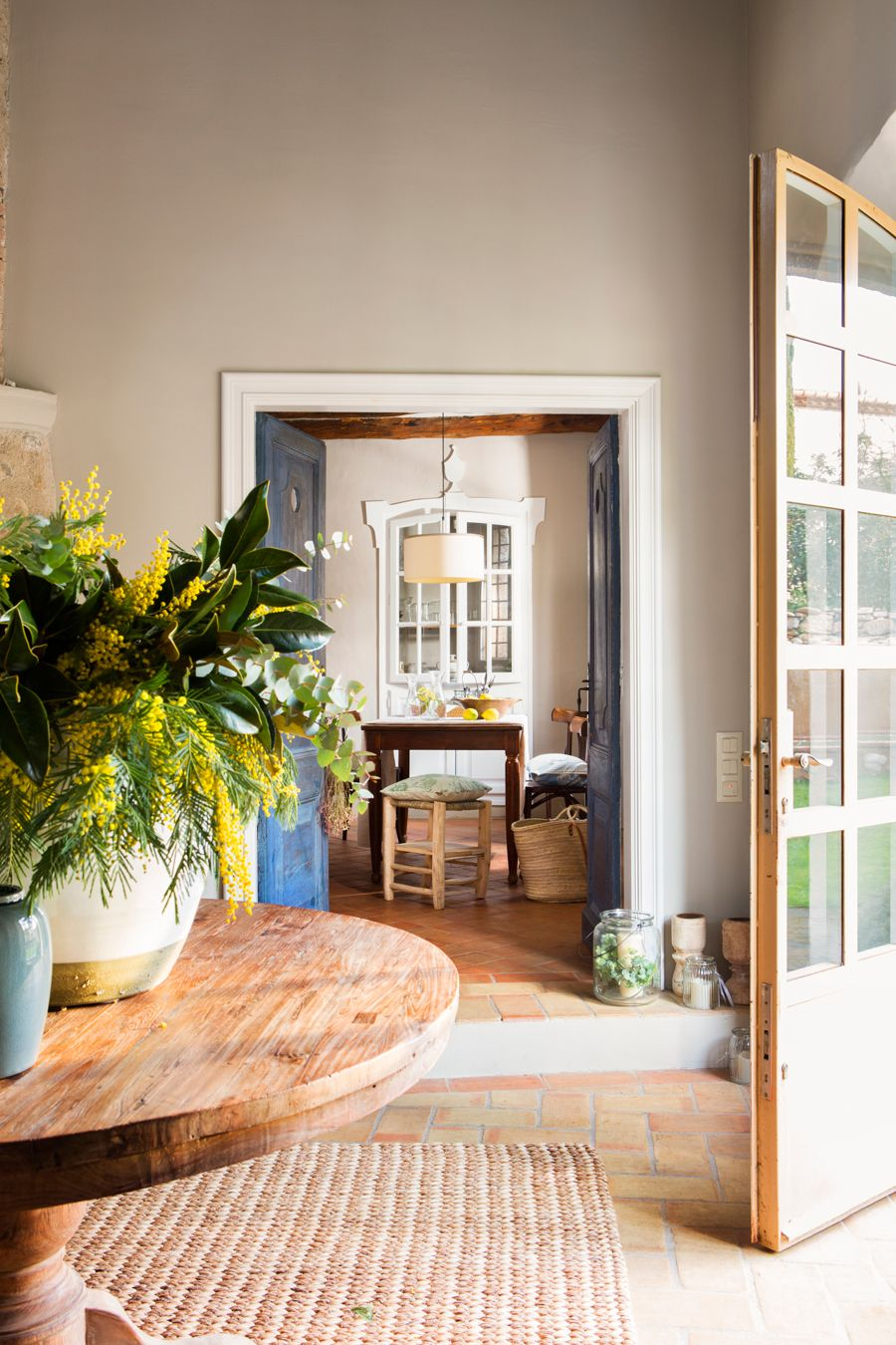 Recibidor con puerta abierta de cristalera alfombra de fibras, mesa ...