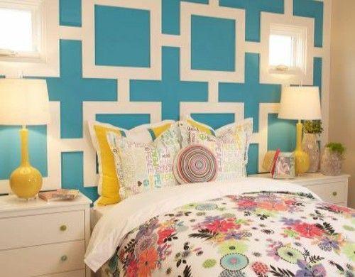 schlafzimmer wandgestaltung wandfarbe kassetten blau bettwäsche bunt