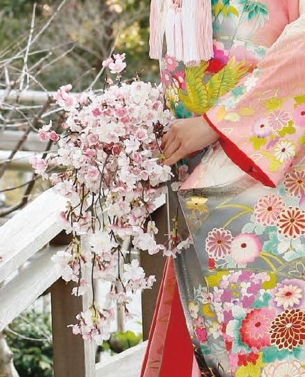 This artificail Sakura Bouquet is popular because it is one of the national flowers of Japan. ©rosarium learn more; no.15 our issue #wedding   #bouquet   #cherryblossoms
