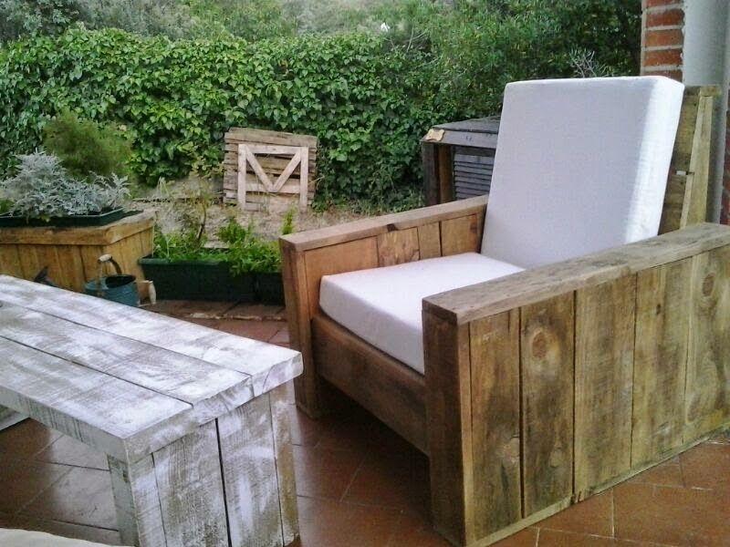 Renovarte con palets para el descanso os ponemos ideas for Sillones de madera reciclada