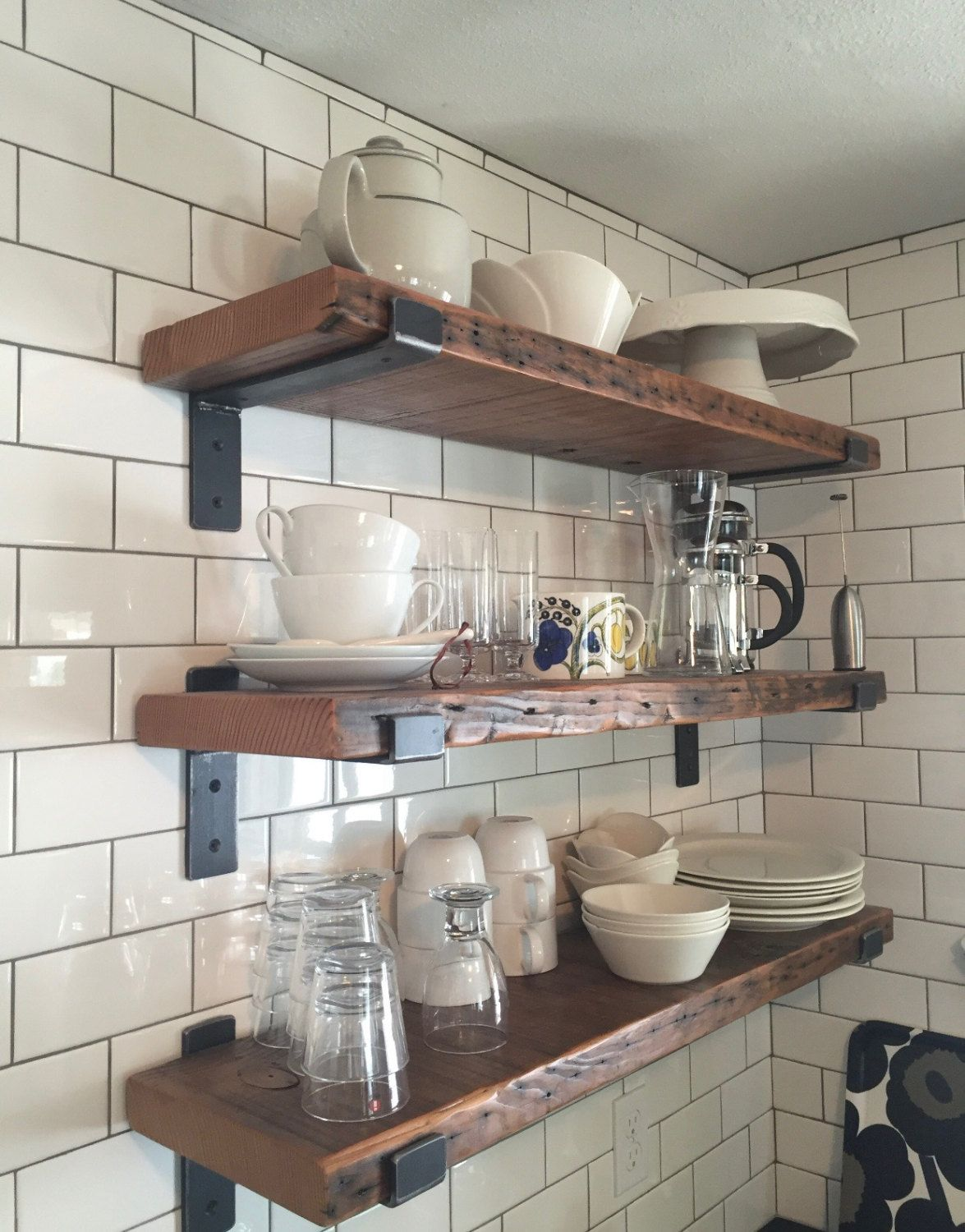 Scaffale In Legno Recuperato 28 X 9 Con Due Staffe Etsy In 2020 Wood Shelves Kitchen Reclaimed Wood Shelves Wood Kitchen