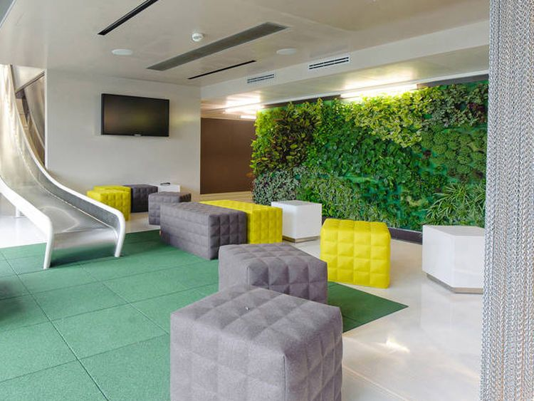 Las paredes florecen con jardines verticales muros for Diseno de interiores de oficinas modernas