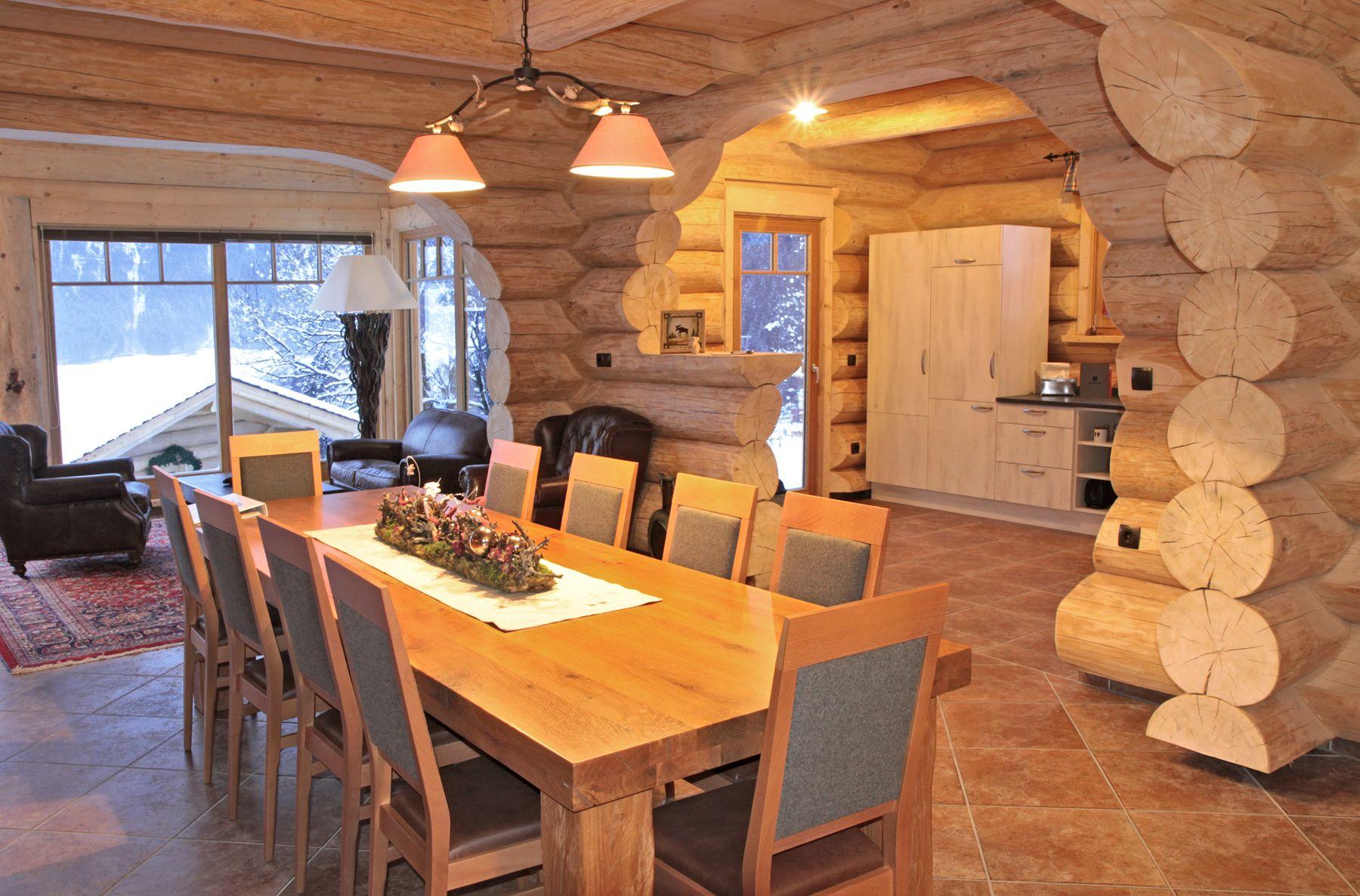 Ein traditionelles naturstammhaus blockhaus nach for Blockhaus innen modern