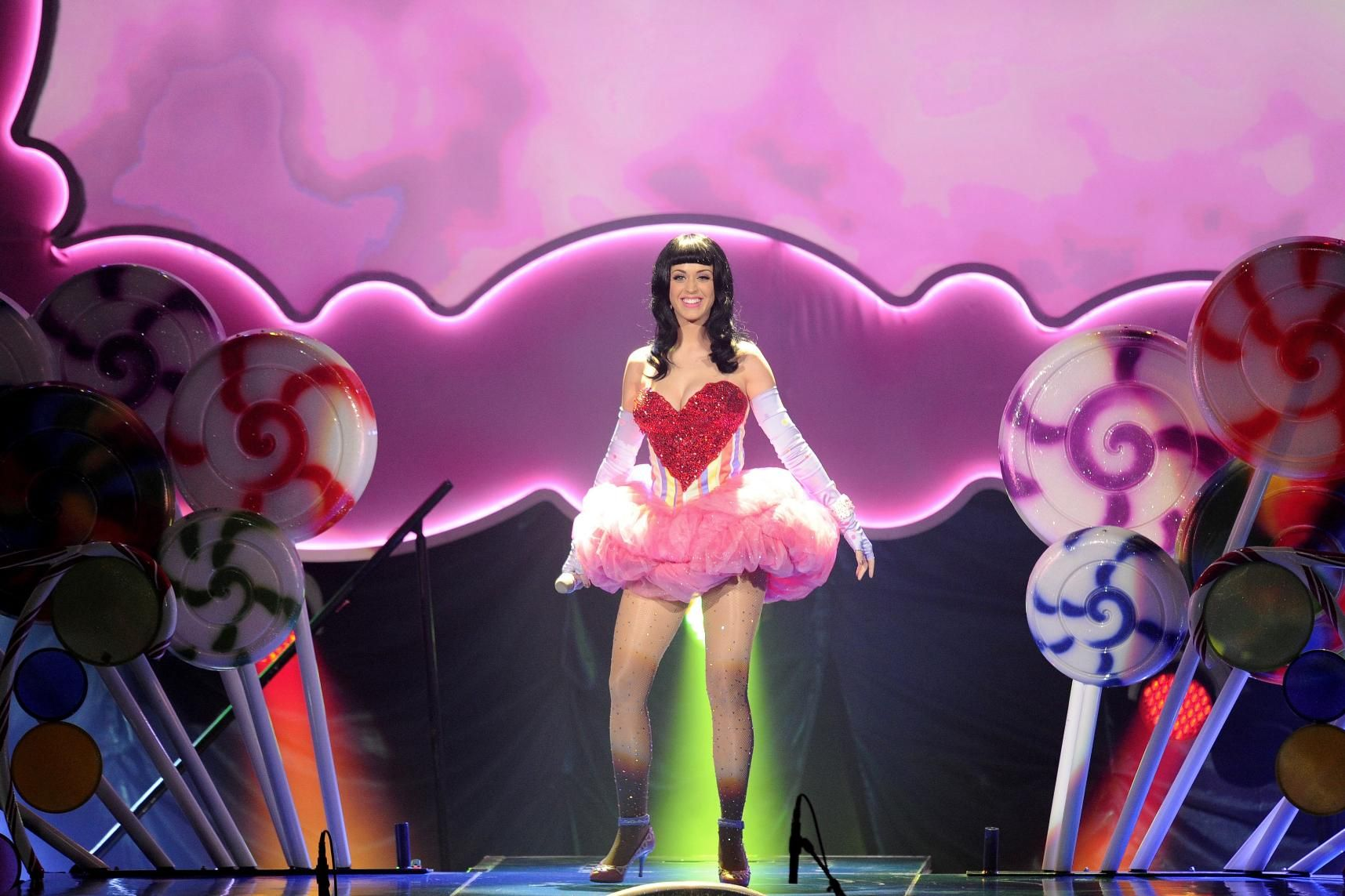 379063d1299667522-katy-perry-performs-live-le-zenith-paris-march-7-2011-heart-costume-97108_katyperry002_122_184lo.jpg (1715×1143)