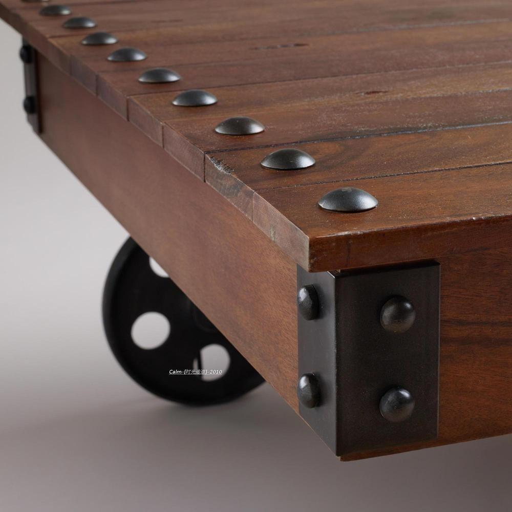 Remache ruedas de hierro y gran mesa de centro de madera for Bar de madera de pino