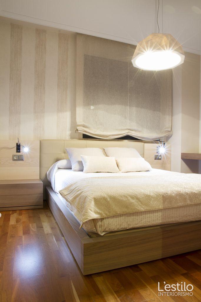 Dormitorio con cama baja, marco y mesitas de roble y papel de pared ...