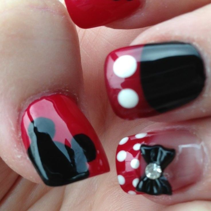 Lindas uñas decoradas con diseños de Minnie y Mickey Mouse en rojo y ...
