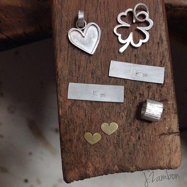 Berloques em prata 950 e ainda, com aplicação de corações em ouro 18k. Quase prontos!  Encomende o seu pelo nosso e-mail j.zambon@yahoo.com.br