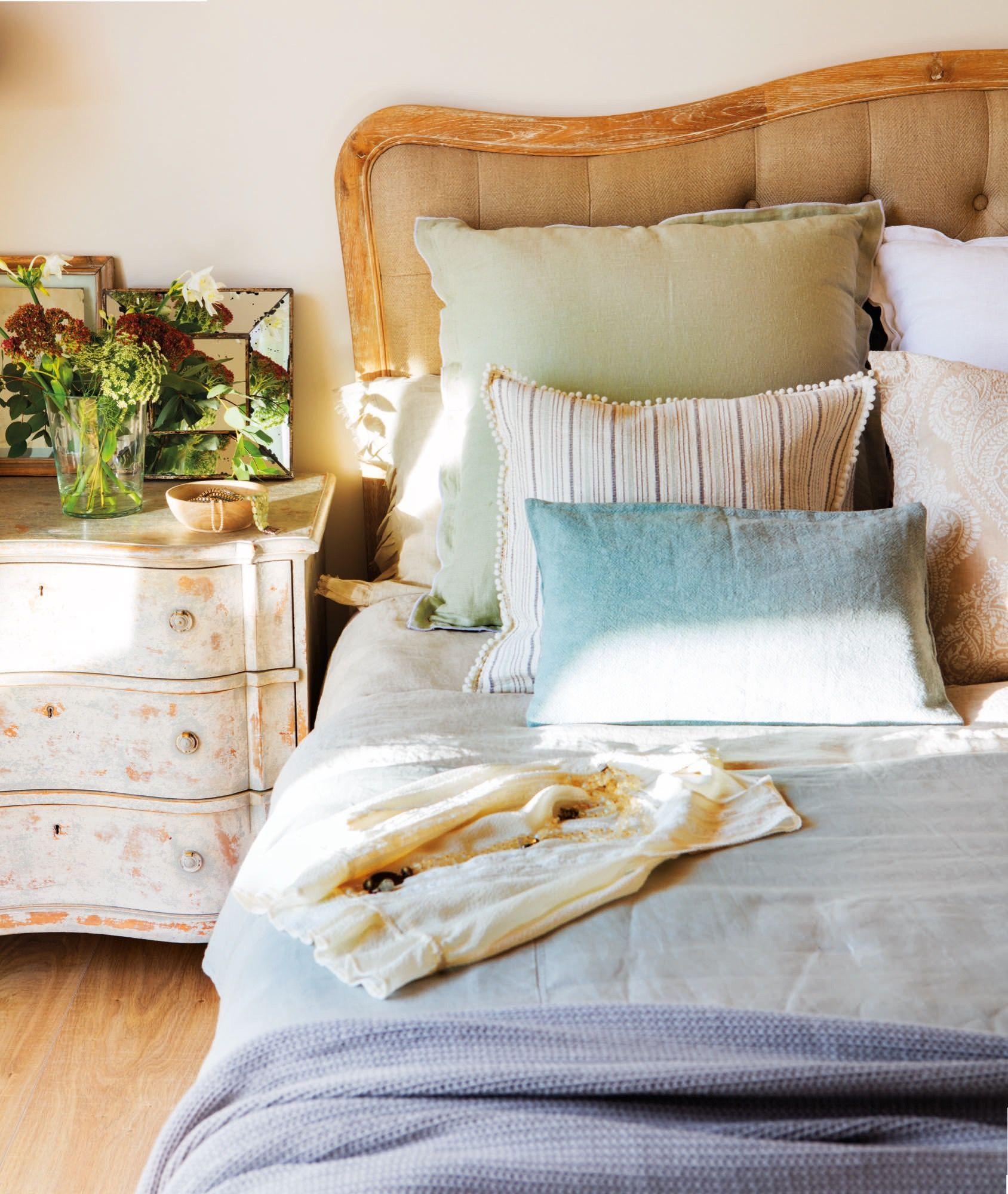 Cabecero cama y mesilla de estilo romantico en tonos - Camas estilo romantico ...