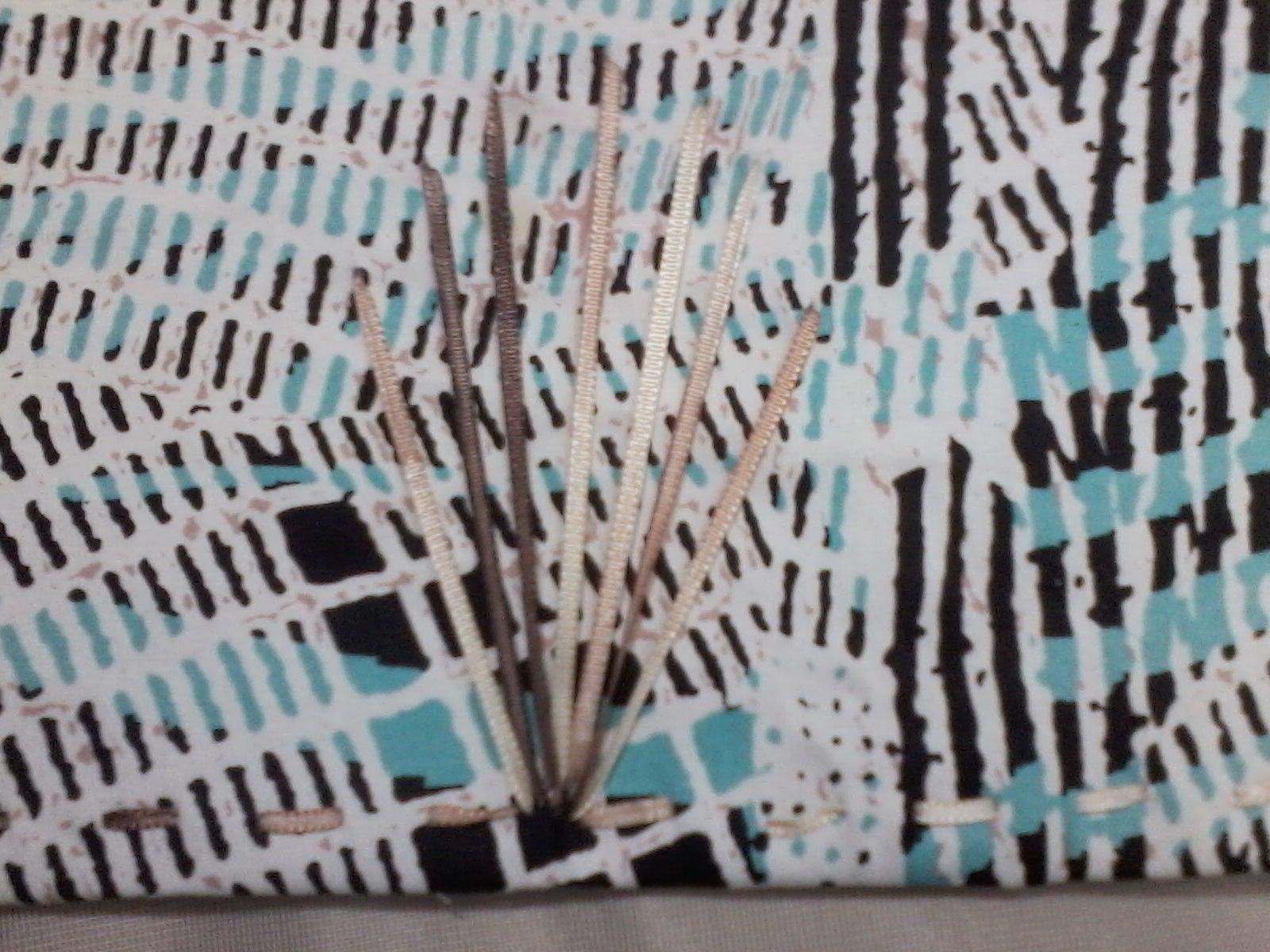 En este individual .Diseño del bordado es en cinta  degradé. la puntada es punto atrás