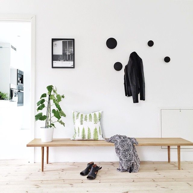 Lovely hallway with wooden bench muuto 39 dots 39 wall hooks for Garderobe dots