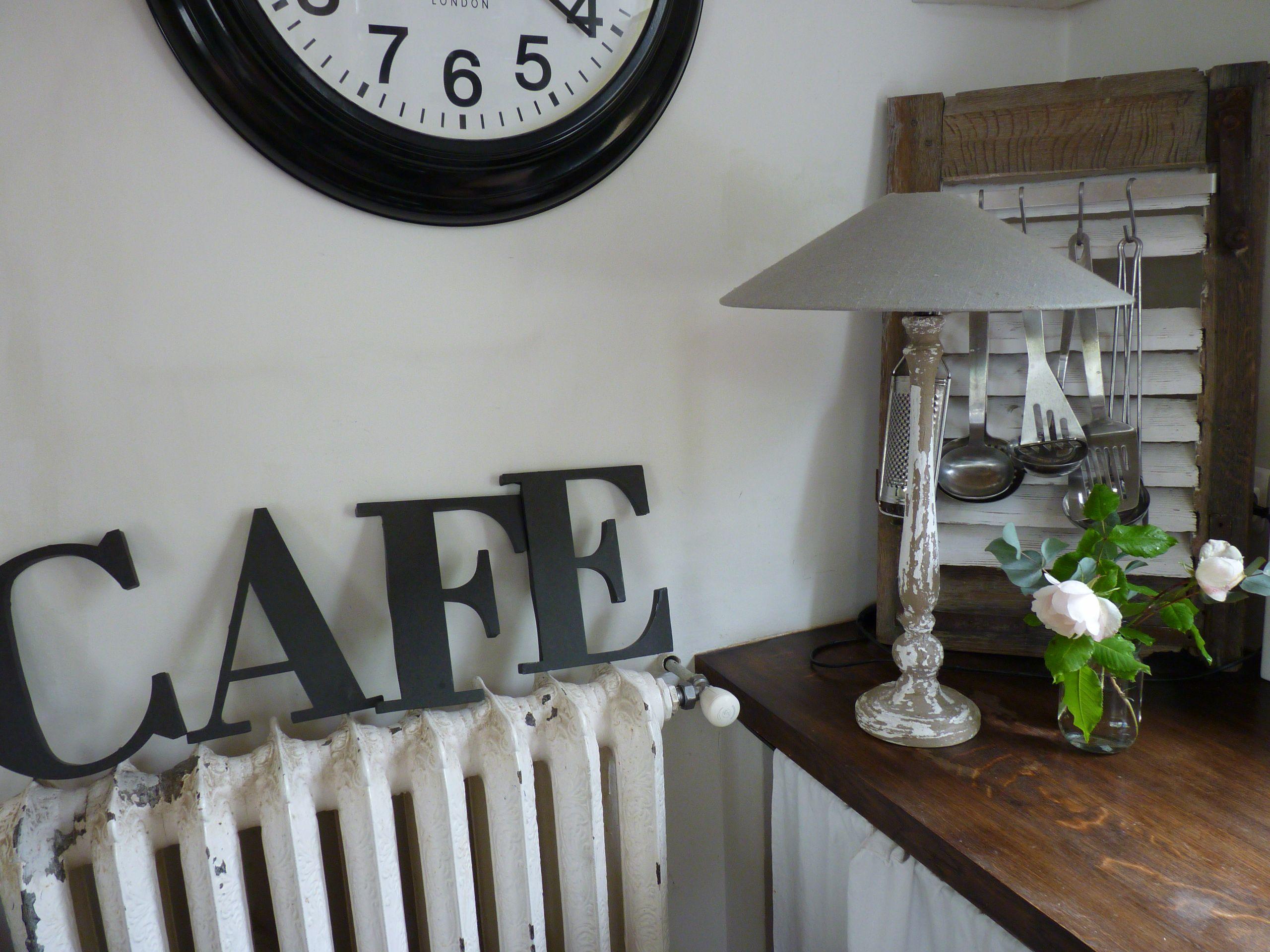 lettres justes posées sur le vieux radiateur de la cuisine
