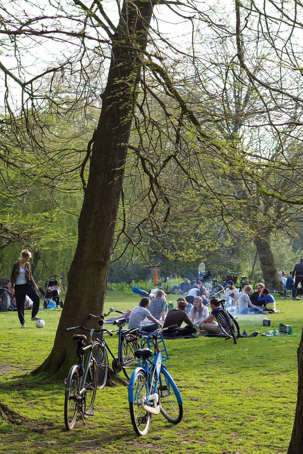 Keskustan keuhkoina toimii kaunis, kookas ja kutsuvan rento Vondelpark-puisto.
